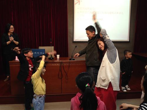 家长和孩子配合即兴表演镜子和人物
