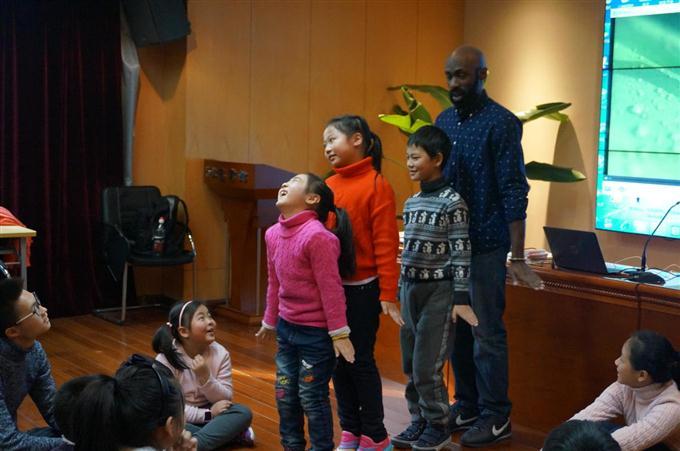"""2017年1月15日下午2点,来自康涅狄格州首府的哈特福德老师给三到九年纪的同学带来一场""""教你用语文的方式阅读英文——从电影到原著作""""精彩课堂。 哈特福德老师的课堂形式轻松愉快,更是采用情景带入的方式,每个学生都被带入到真实的语言情景中。在2个小时的教学中,哈德老师不断带动学生们参与到表演的活动中,并鼓励学生表达自己的想法。 开场的时候,哈德老师先建立和同学的距离,以朋友的方式和同学们交流,发佛自己是刚来自于班级的转校新同学,在讲堂上介绍自己,同学们自由向他"""